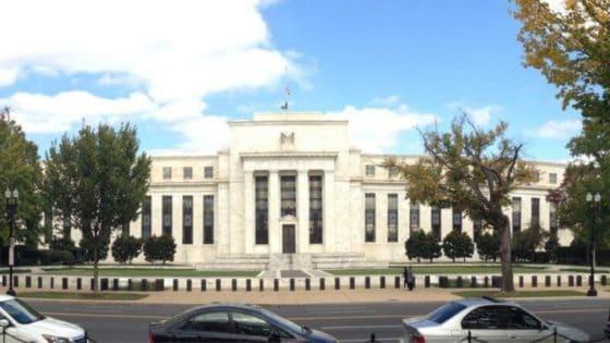 Presidente de la Fed admite que EE. UU. emite más dinero del que necesita, Bitcoin destaca