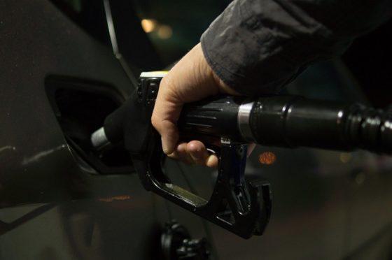 Plan de suministro de gasolina en Venezuela incluye pagos con petro y divisas