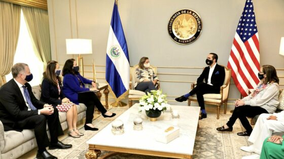 Estados Unidos recomienda a El Salvador que regule el uso de bitcoin